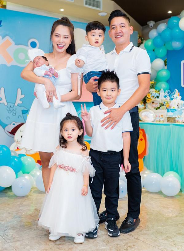 <p> Hiện gia đình Thành Đạt - Hải Băng có 3 người con. Bé gái đầu tên Kem (Nguyễn Minh Tuệ) hiện 3 tuổi. Bé trai thứ hai tên Koi (Nguyễn Minh Phúc) vừa tròn 1 tuổi. Bé thứ ba là Kio (Nguyễn Minh Đức) vừa tròn một tháng tuổi. Con trai riêng của Thành Đạt (bé lớn nhất trong ảnh) với vợ trước cũng có mặt trong khung hình.</p>