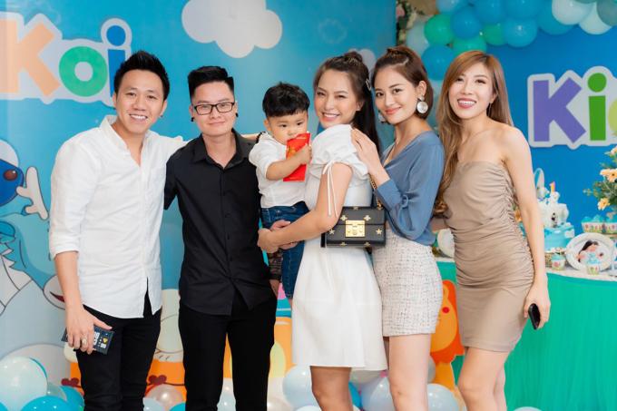 <p> Nhiều nghệ sĩ như Băng Di, Trang Pháp, Thùy Anh, Anh Đức có mặt để chúc mừng hai bé và vợ chồng nghệ sĩ.</p>