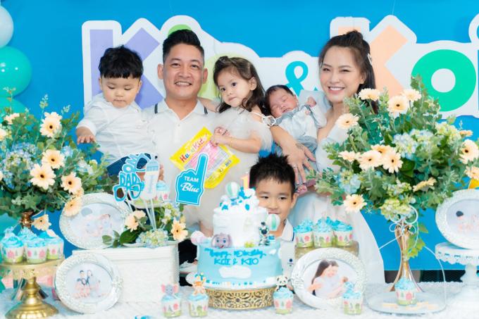 <p> Ngày 18/7, Hải Băng - Thành Đạt tổ chức tiệc mừng đầy tháng bé Kio (Nguyễn Minh Đức) và thôi nôi bé Koi (Nguyễn Minh Phúc) tại một nhà hàng ở TP HCM.</p>