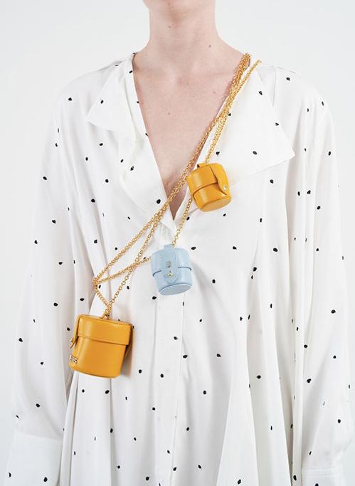 Dù đắt đỏ như vậy nhưng chiếc túi tí hon đeo cho vui này vẫn được nhiều fashionista yêu thích và đã cháy hàng toàn thế giới. Nhiều người chuộng sắm một lúc vài chiếc và sáng tạo nhiều cách đeo như kết hợp layer hoặc thậm chí đeo thành vòng cổ, làm điểm nhấn như một món trang sức cho bộ trang phục.