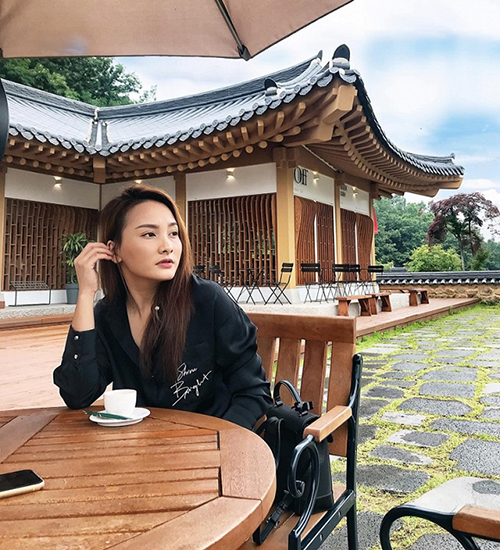 Bảo Thanh chụp ảnh nhìn xa xăm suy tư ở Hàn Quốc.