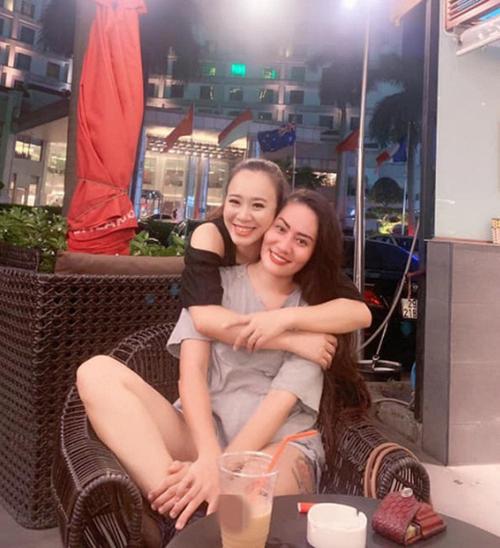 Linh và Xinh Về nhà đi con hội ngộ uống cà phê, rủ nhau đi xử đẹp nàng tiểu tam Nhã.