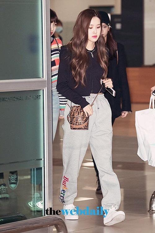 So với các thành viên còn lại, Rosé đơn giản hơn trong cách chọn giày dép. Cô nàng ưa chuộng sneakers phom cơ bản, ôm chân.