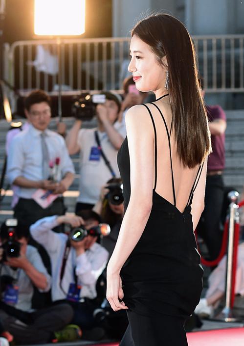 Những lúc cần gây chú ý trên thảm đỏ, Suzy chẳng ngần ngại diện đồ