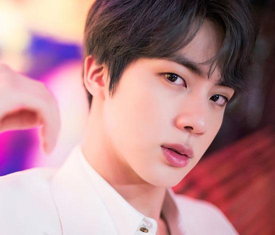 Jin là visual của BTS và nhan sắc của anh chàng chưa từng khiến công chúng thất vọng. Mỗi lần xuất hiện ở sự kiện, mỹ nam đều có tên trên bảng xếp hạng tìm kiếm của Twitter. Jin có biệt danh Worldwide Handsome vì sức ảnh hưởng lớn trên mạng xã hội, luôn góp mặt trong các bảng xếp hạng nhan sắc của thế giới.