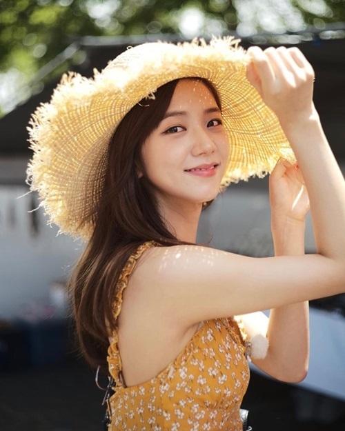 Ji Soo có combo váy hai dây và mũ cói đậm chất hè, chụp hình sương sương mà đẹp như ảnh tạp chí.