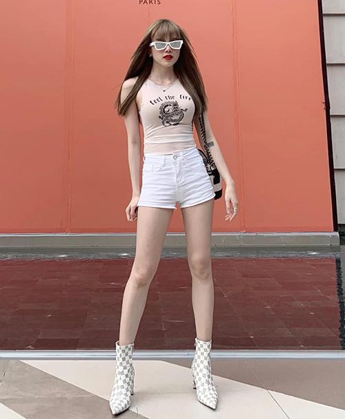 Sexy không kém chị gái, Thiều Bảo Trâm cũng mặc combo tương tự để tôn vóc dáng, tuy nhiên kết hợp cùng phụ kiện cool ngầu hơn.