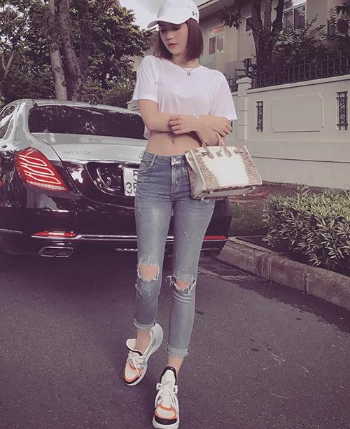 Diện áo phông quần jeans đơn giản ra phố, Ngọc Trinh chọn điểm nhấn là chiếc túi Hermes 1,5 tỷ đồng.