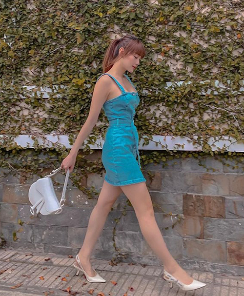 Chiếc váy denim thêm sành điệu khi được Minh Hằng mix cùng túi, giày Dior.