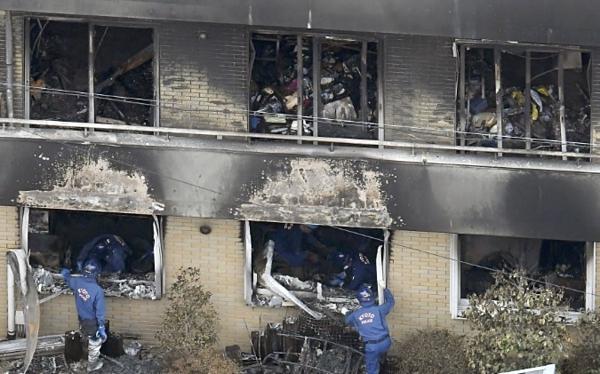 Lính cứu hỏa vào bên trong đưa nạn nhân ra khỏi tòa nhà.