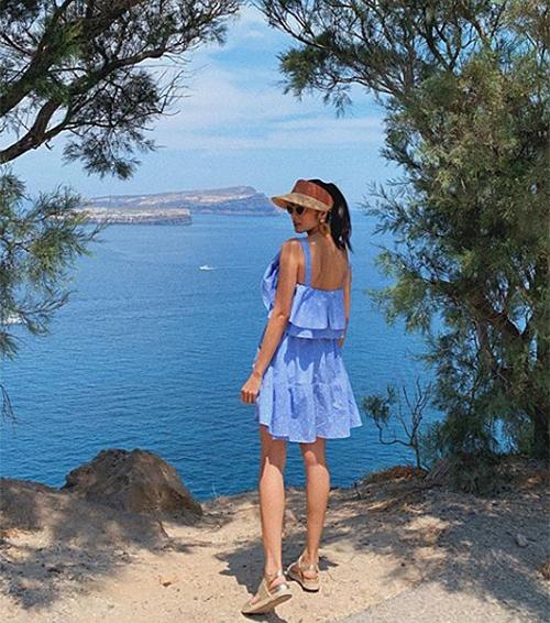 Hà Tăng diện váy xanh trẻ trung ở Santorini.