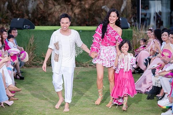 Diễn viên Anh Đức cùng người mẫu Tuyết Lan và bé Khánh An là vedette cho BST Tía em má em của NTK Ivan Trần trong khuôn khổ Pink Summer Fashion Kids 2019, diễn ra tối 19/7.