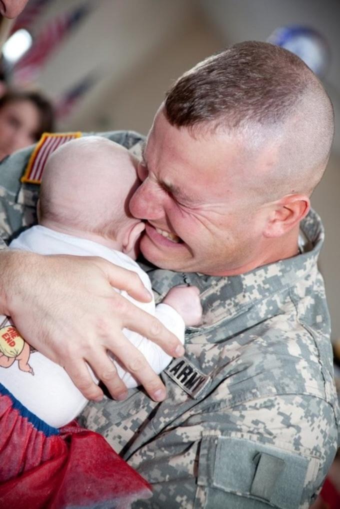 <p> Hình ảnh người lính gặp đi xa, lần đầu tiên được gặp con gái.</p>