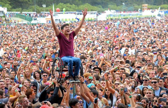 <p> Những người yêu âm nhạc thể hiện tình yêu thương, sự đồng cảm với người đàn ông khuyết tật trong buổi hòa nhạc ở San Francisco.</p>