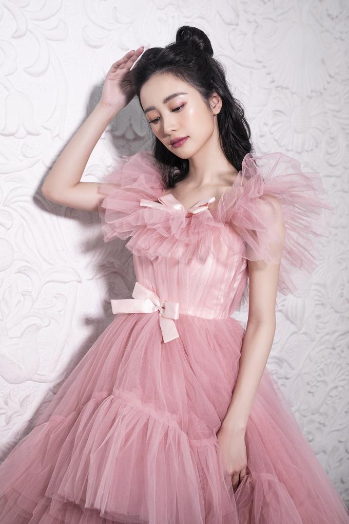 <p> Jun Vũ có dáng vóc mong manh, rất hợp với những bộ đầm hồng nữ tính.</p>
