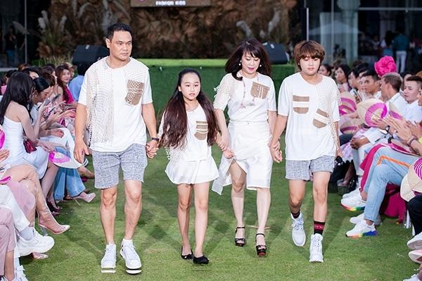 Bé Thiên Khôi - Quán quân Vietnam Idol Kids (phải) gây chú ý với ngoại hình lớn phổng phao.