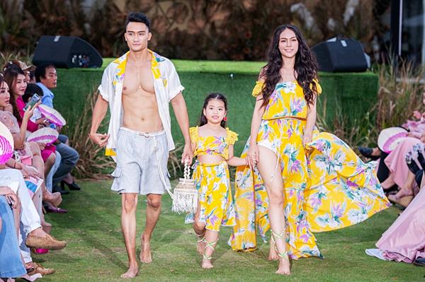 Người mẫu Lương Gia Huy (trái) diện những thiết kế mang màu sắc nhiệt đới.