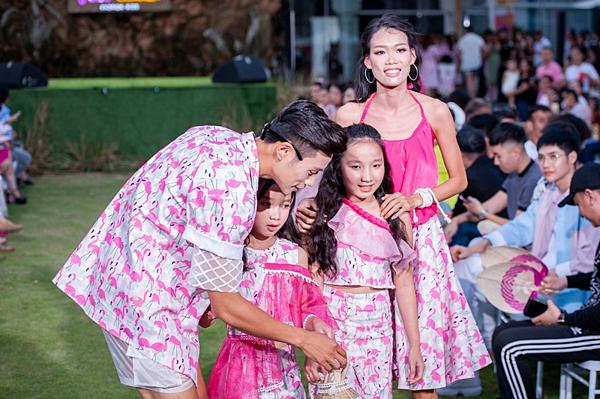 Nguyễn Hợp (phải) khoe dáng chuẩn trên sàn diễn sau khi sinh con.