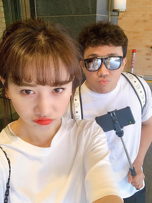 Hari Won nhắng nhít pose hình cùng ông xã.