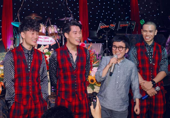"""<p> Nhạc sĩ Phương Uyên đóng vai trò biên tập cho album. Chị đùa vui đã phải """"to tiếng"""" với nhóm nhiều để ra được sản phẩm chỉn chu. Với chị, 4 chàng trai là người có tâm huyết và nghiêm túc với nghề.</p>"""
