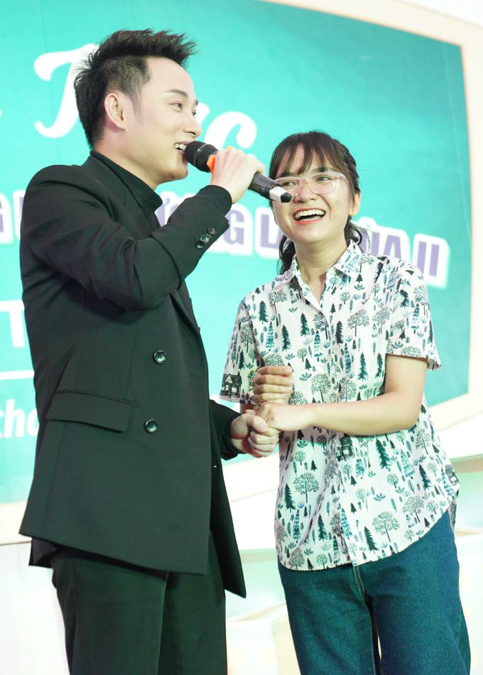 <p> Nam ca sĩ còn mời một bạn khán giả lên sân khấu hát song ca.</p>