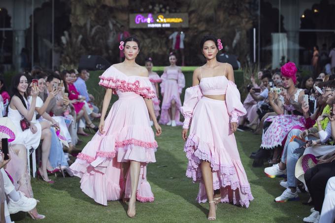"""<p> Trong chương trình """"Pink Summer Fashion Kids"""" diễn ra tại TP HCM ngày 19/7, H'Hen Niê và Lệ Hằng làm vedette cho bộ sưu tập """"Pink Summer"""" của NTK Thanh Huỳnh.</p>"""