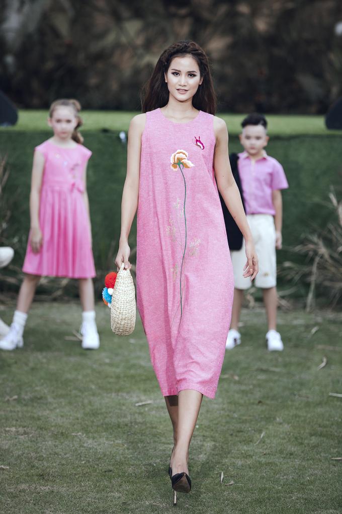 """<p> Hương Ly cũng ngọt ngào trong một thiết kế màu hồng thuộc BST """"Summer Melody"""" của NTK Ninh Khương.</p>"""