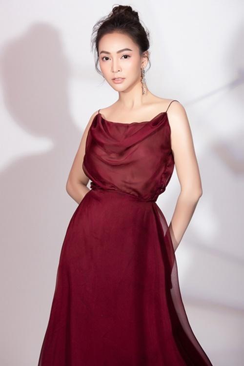 Váy hai dây mỏng tang, chất liệu voan là thiết kế yêu thích của Mỹ Ngọc khi đi tiệc tối. Theo cô, nàng nấm lùn nên chọn trang phục đơn sắc thay vì quá nhiều họa tiết rườm rà, để không lộ nhược điểm hình thể.