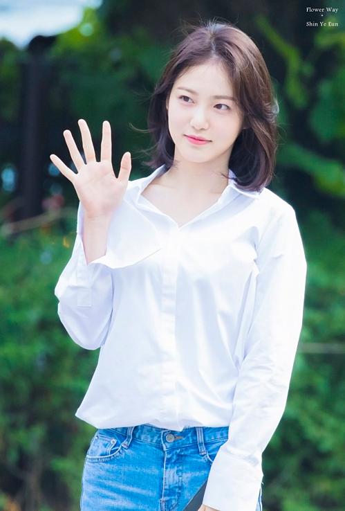 Shin Ye Eun sinh năm 1998, được gọi là nữ thần thế hệ mới của màn ảnh xứ Hàn. Trước khi trở thành diễn viên, cô từng học trường nghệ thuật Hanlim và được chú ý với tư cách là một ulzzang (người nổi tiếng trên mạng).