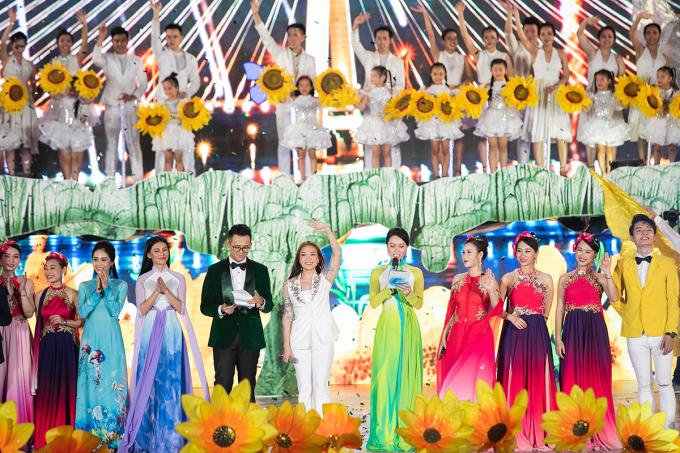 """<p> Tối 20/7, """"Lễ hội hang động Quảng Bình 2019"""" diễn ratại quảng trường biển Bảo Ninh và hang Chuột thuộc hệ thống hang động Tú Làn thu hút sự chú ý của người dân miền Trung. Chương trình do đạo diễn Hoàng Nhật Nam dàn dựng với sự góp mặt củahàng trăm nghệ sĩ, diễn viên từ Bắc tới Nam.</p>"""