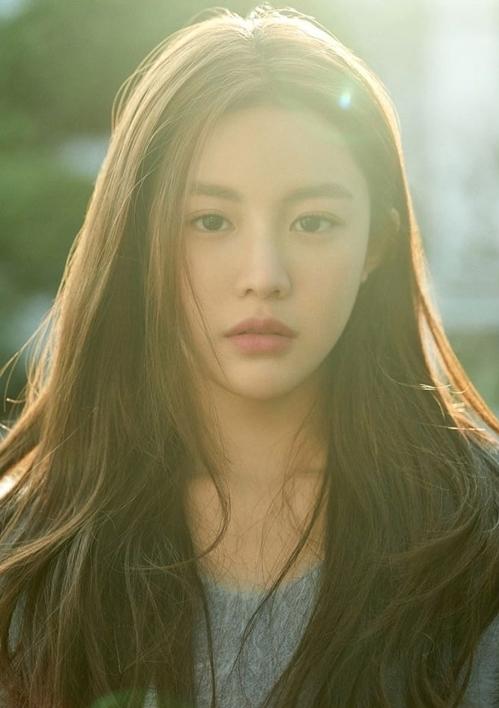 Go Yun Jung sinh năm 1996, hiện đang là người mẫu kiêm diễn viên. Năm 2019, cô lần đầu ra mắt khán giả truyền hình trong một vai phụ của bộ phim He is Psychometric.