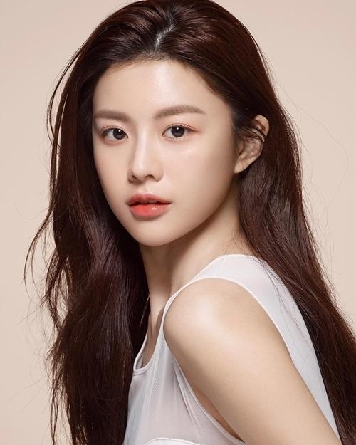Nhờ nhan sắc nổi bật, Yun Jung nhanh chóng hút sự chú ý của khán giả.Instagram của Yun Jung hiện có 500.000 lượt follow, là một trong những người mẫu quảng cáo tiềm năng.