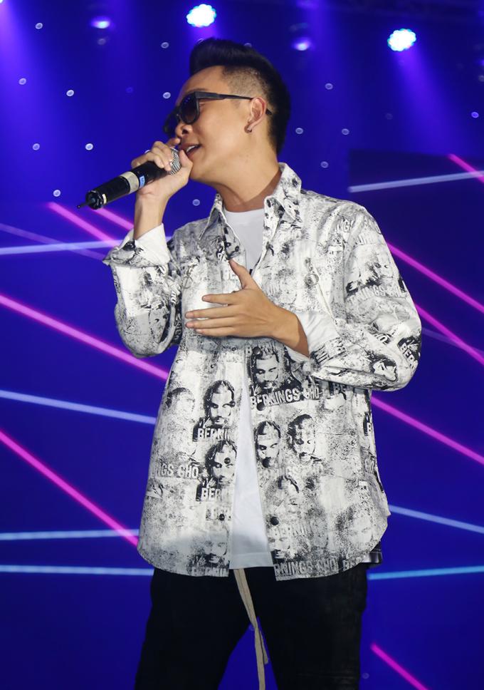 """<p> JustaTee khiến hàng trăm sinh viên hát theo các ca khúc """"Đã lỡ yêu em nhiều"""", """"Thằng điên""""...</p>"""