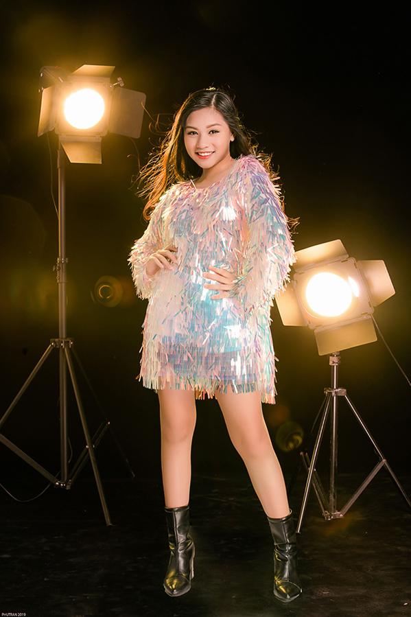 <p> Võ Khánh Ngọc sinh năm 2008, đang theo học một trường Quốc tế tại TP HCM. Nhờ được gia đình cho tham gia hoạt động nghệ thuật từ sớm, Khánh Ngọc dạn dĩ, tự tin trên sân khấu và trước ống kính.</p>