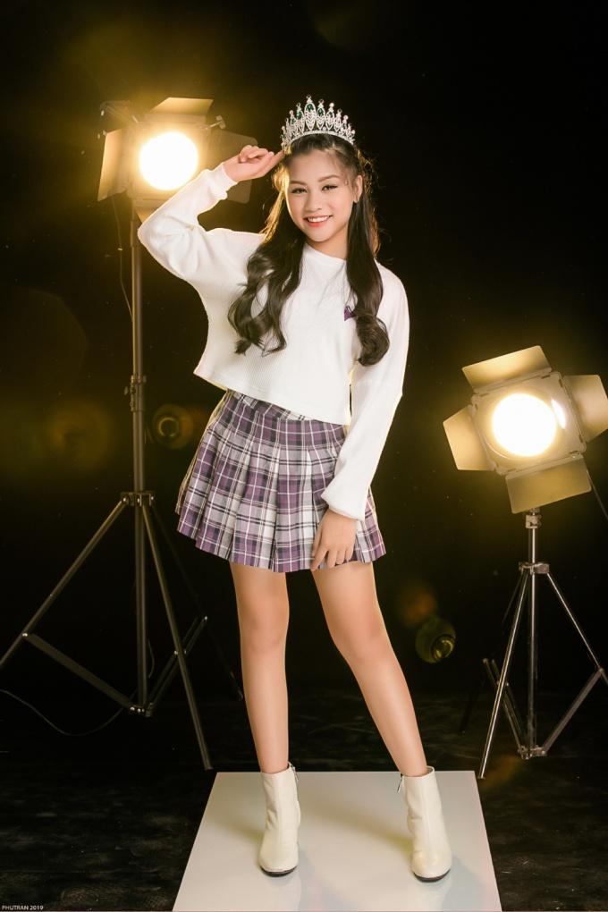 <p> Khánh Ngọc cảm thấy thích thú khi được thỏa sức nhảy múa, lắc lư theo điệu nhạc. Cô bé đang theo học lớp nhảy của kiện tướng dancesport Khánh Thi.</p>
