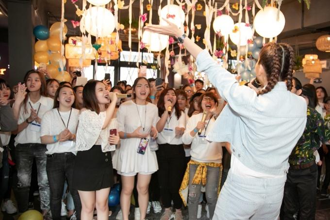 """<p> Người đẹp hát """"Một đêm say"""" cùng fan. Đây là lần hiếm hoi Thanh Hằng khoe giọng hát trước người hâm mộ. Trước đó, chân dài chỉ cầm mic khi... đi karaoke với bạn bè.</p>"""