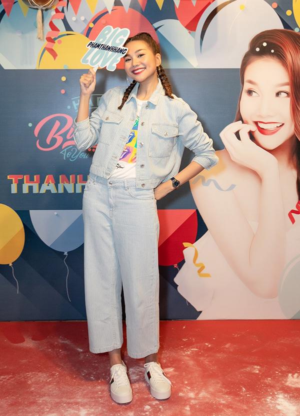 <p> Dịp cuối tuần, Thanh Hằng tranh thủ thời gian tổ chức buổi offline mừng sinh nhật cùng fan. Nữ người mẫu - diễn viên xuất hiện với vẻ ngoài trẻ trung, tóc thắt hai bím đáng yêu.</p>