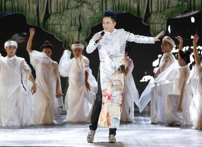 """<p> Tùng Dương mang đến ca khúc """"Thiên thai"""". Giọng hát ma mị, mê hoặc của nam ca sĩ được kết hợp trong không gian đèn led và dàn vũ công đông đảo.</p>"""