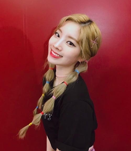 Da Hyun sử dụng dây buộc tóc đủ màu để tạo điểm nhấn cho mái tóc xì tin.