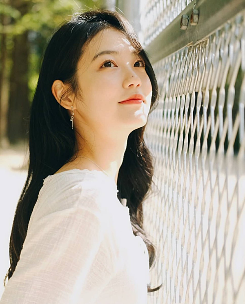 Cô cũng là tên tuổi được các nhãn hàng và tạp chí yêu thích. Gần đây, Shin Ye Eun cònđược chọn làm MC cho chương trình âm nhạc Music Bank (KBS). Với sự hậu thuẫn của công ty JYP và vẻ đẹp hợp gu công chúng Hàn Quốc,Shin Ye Eun được đánh giá làcó nhiều cơ hội để bứt phá trong thời gian tới.