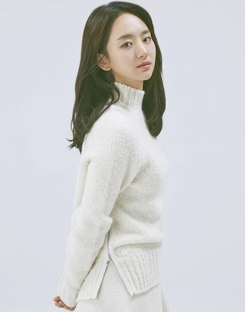 Won Jin Ah sinh năm 1991, vào nghề khá muộn so với đồng nghiệp cùng lứa. Năm 2018, cô được người hâm mộ nhớ mặt qua những bộ phim như Rain or Shine, Life...