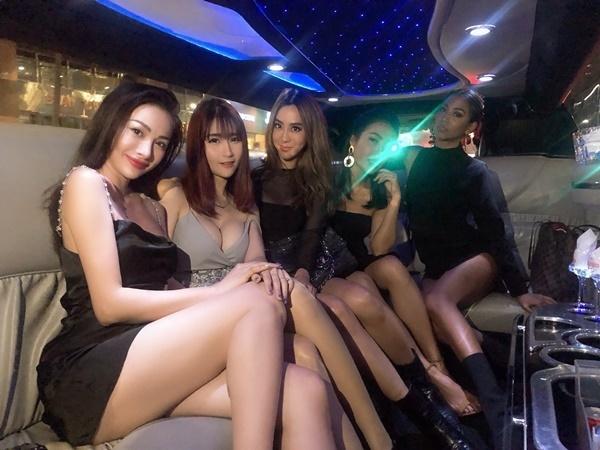 Yaya Trương Nhi gặp gỡ một số người bạn nước ngoài tại Singapore. Cô mặc váy hai dây, khoe thân hình nóng bỏng.