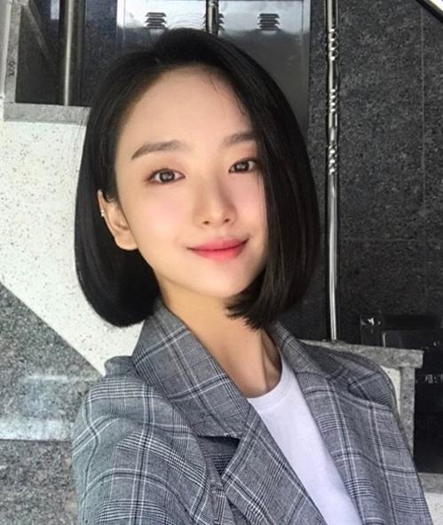 Jin Ah có vẻ đẹp độc đáo cùng lối diễn xuất tinh tế. Cô từng thắng giải Nữ diễn viên mới xuất sắc nhất tại APAN Star Awards 2018.