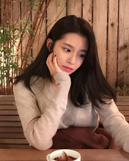 Cô được khán giả Hàn gọi là Lee Min Jung phiên bản trẻ nhờ ngoại hình hao hao đàn chị.