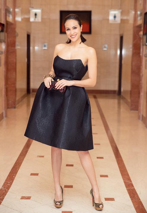 hương Mai diện váy đen cúp ngực của NTK Hoàng Minh Hà.