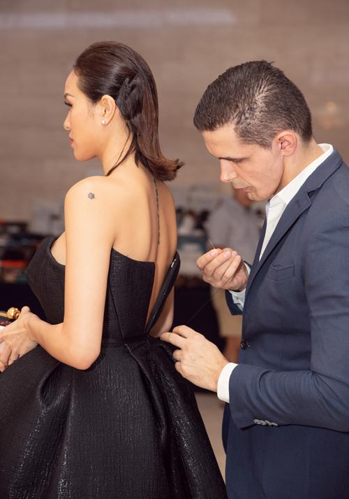 Ông xã Marcin đã không ngần ngại giúp vợ khâu váy, khắc phục sự cố ngay trước lúc chương trình bắt đầu diễn ra.