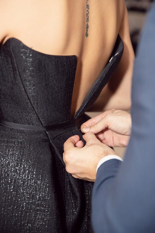 Ông xã ngoại quốc khâu váy giúp Phương Mai ở sự kiện - 4