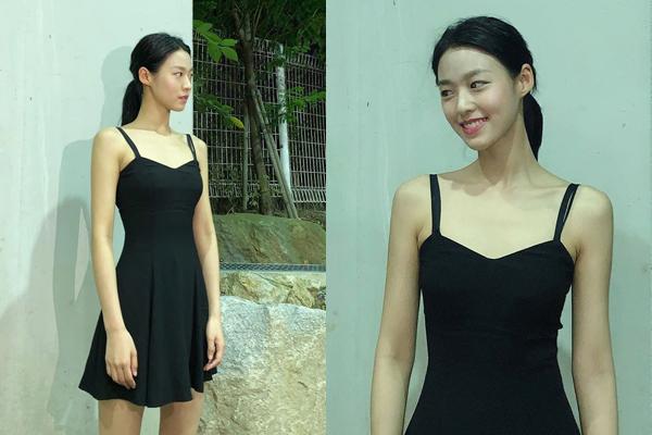 Seol Hyun khoe vai trần, vóc dáng mình hạc xương mai trong bộ váy hai dây màu đen.