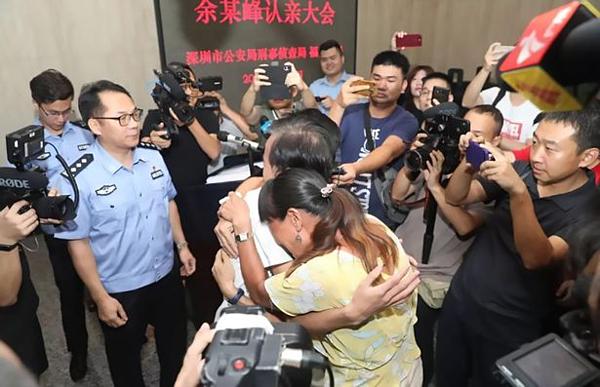 Gia đình Yu Weifeng ôm nhau khóc trong ngày trùng phùng.
