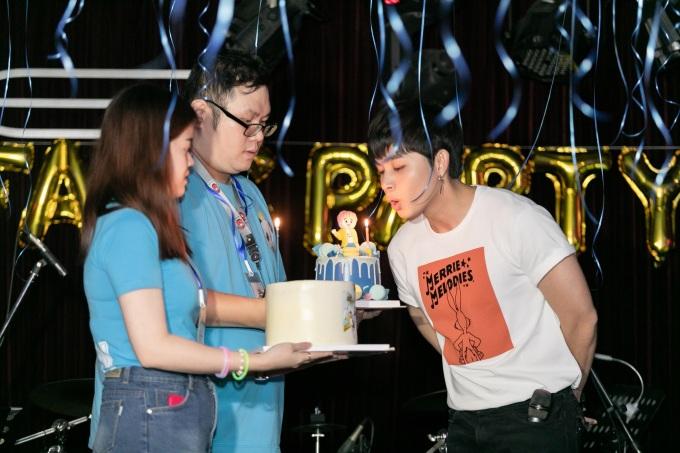 <p> Fan chuẩn bị bánh kem để Jun Phạm mừng tuổi mới.</p>